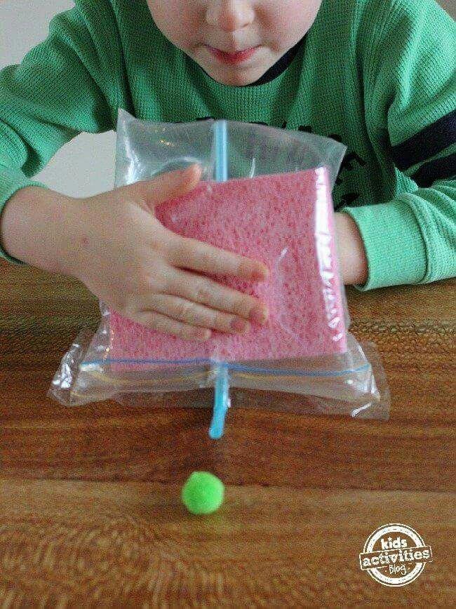 Met luchtdruk een balletje, autootje of met pasen een plastic eitje wegblazen.