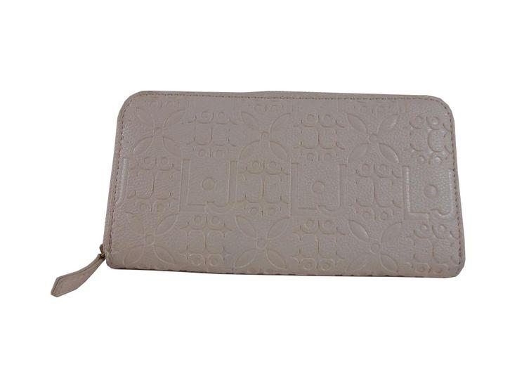 Colore:panna  Materiale: Ecopelle Chiusura: metallo coloreoro Scomparti interni porta-carte di credito e porta-banconote Lunghezza = 19 cm Altezza = 10 cm Spessore = 3 cm