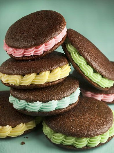 love the way the filling is piped on these whoopie pies! (I couldn't find these through link)