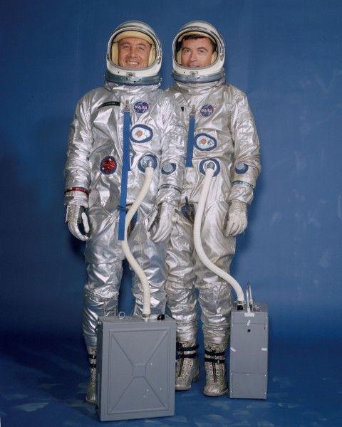 Die ersten Raumanzüge der Nasa Anfang der Sechzigerjahre waren nichts anderes als modifizierte Druckanzüge der US Navy-Piloten. Die Anzüge von Gus Grissom und John Young (Gemini 3, 1965) hatten 23 Gewebeschichten sowie ein tragbares Klimagerät.