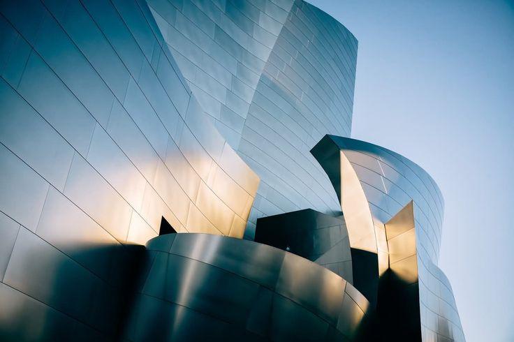 Не смотря на то, что на фото изображены статические объекты, закругленные линии здания, создают эффект динамики. Контрастные блики притягивают взгляд к центру композиции, что делает ее гармоничной и интересной.