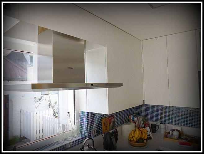 Cocina enchapada, con espacios aéreos para ocupar el máximo espacio.