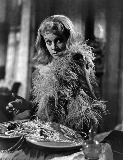 blanche dubois a tragic hero In a streetcar named desire, tennessee williams presents the 'daintily dressed' blanche dubois as a tragic victim williams achieves this through his use of language.