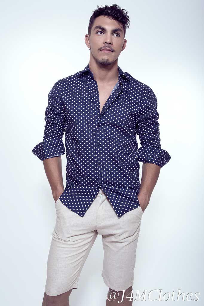 Camisa Slim Fit Azul con Puntos Blancos, ideal para usar de forma casual, con jeans, pantalones claros e imponer diferencia en el corte. Slim fit Blue shirt and dots.