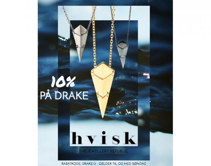 Ugen ud har vi fokus på Drake serien. Derfor får I 10% på både Drake øreringe og halskæder. Det eneste I skal gøre er at klikke ind på linket længere nede, og skrive rabatkoden: Drake10. Kampagnen gælder til og med søndag d. 22/6-16, så slå til nu! http://hvisk.com/drake?stylist=c3R5bGlzdHw1Mjc4fDIwMTYtMDUtMTg,