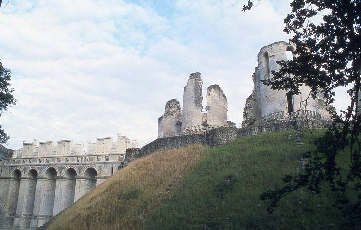 """Le """"Grès qui va boire"""" surveille la route de Paris, que les rois empruntaient pour se rendre à Reims. L'itinéraire mène à la forteresse de Nesles et à l'élégant et romantique château de Fère, qui aurait servi de modèle à l'édification de Chenonceaux."""