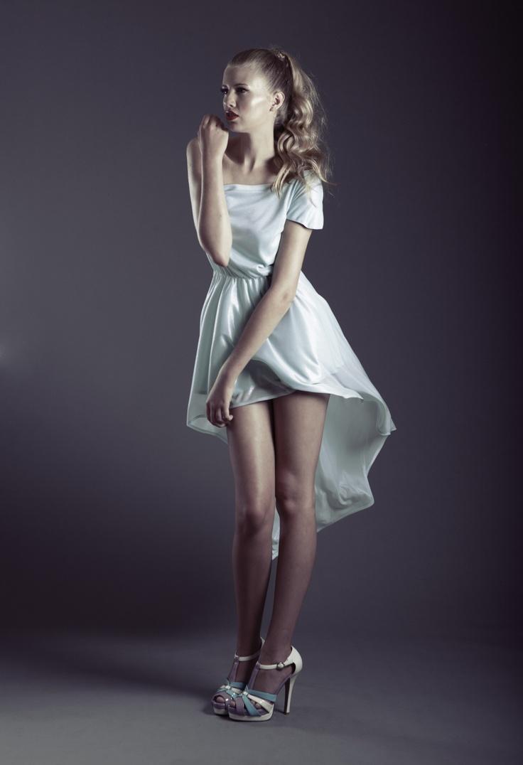 Vestido de un hombro con falda asimetrica