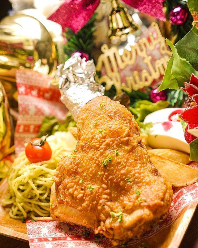 12月クリスマス期間限定🎄 クリスマスプレート😊❤️ 特大のフライドチキンにかぶりついてください🤗✨✨✨ ジェノベーゼ、フライドポテト、サラダ、レアチーズケーキがセットで1000円❣️👦🏻これは満足、満足😊  25日クリスマス当日までとなっております!! #クリスマス #京都 #夜デート #祇園 #ライブハウス #オールディーズ #グリース #音楽 #ディープなお店 #遊び #オールディーズ #装飾 #クリスマスツリー #大人 #ロックンロール #女子会 #パーティー #フライドチキン #クリスマスプレート #肉