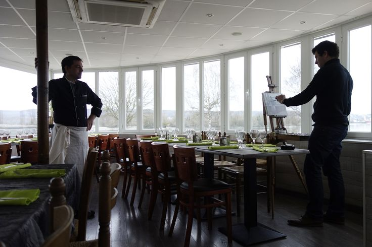 Dans le cadre du Festival Normandie Impressionniste, l'Office de Tourisme proposera cet été de découvrir le regard du peintre Olivier DESVAUX. Le peintre vous invite à faire connaissance avec les femmes et les hommes dont l'activité les lient à la Seine. En attendant l'été, nous vous proposons un avant-goût de l'exposition ! Découvrez Olivier DESVAUX face à ses modèles…avant de vous dévoiler l'ensemble des toiles début juillet. Aujourd'hui, M. Thierry restaurant la Presqu'île