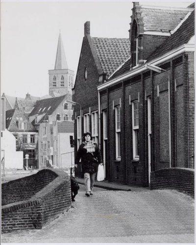 De Hellebrug over de Westsingel richting Breestraat. Rechts Kardinaal de Jongschool (MAVO, voorheen Sint Jozef ULO). Op de achtergrond een open plek waar de Markthal heeft gestaan, enkele huizen aan de Langegracht en de toren van de Sint Joriskerk.