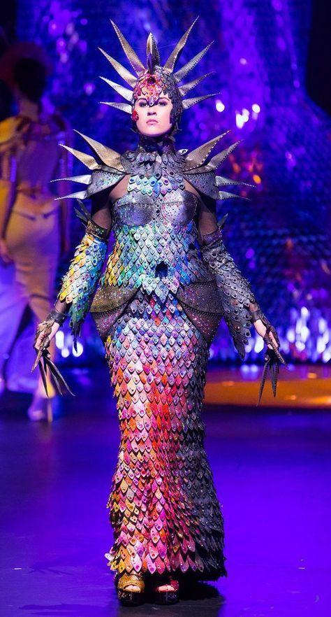 В Новой Зеландии состоялось 28-е шоу костюмов WOW-show (The World of Wearable ART — искусство, которое можно носить). Дизайнеры со всего мира представили свои фантазийные костюмы, изготовленные из различных материалов. Самые запоминающиеся предлагаю вашему вниманию. Костюм от дизайнера из Великобритании. Он получил награду, но не главную. В номинации посвященной бюстгальтерам, отличился местный…