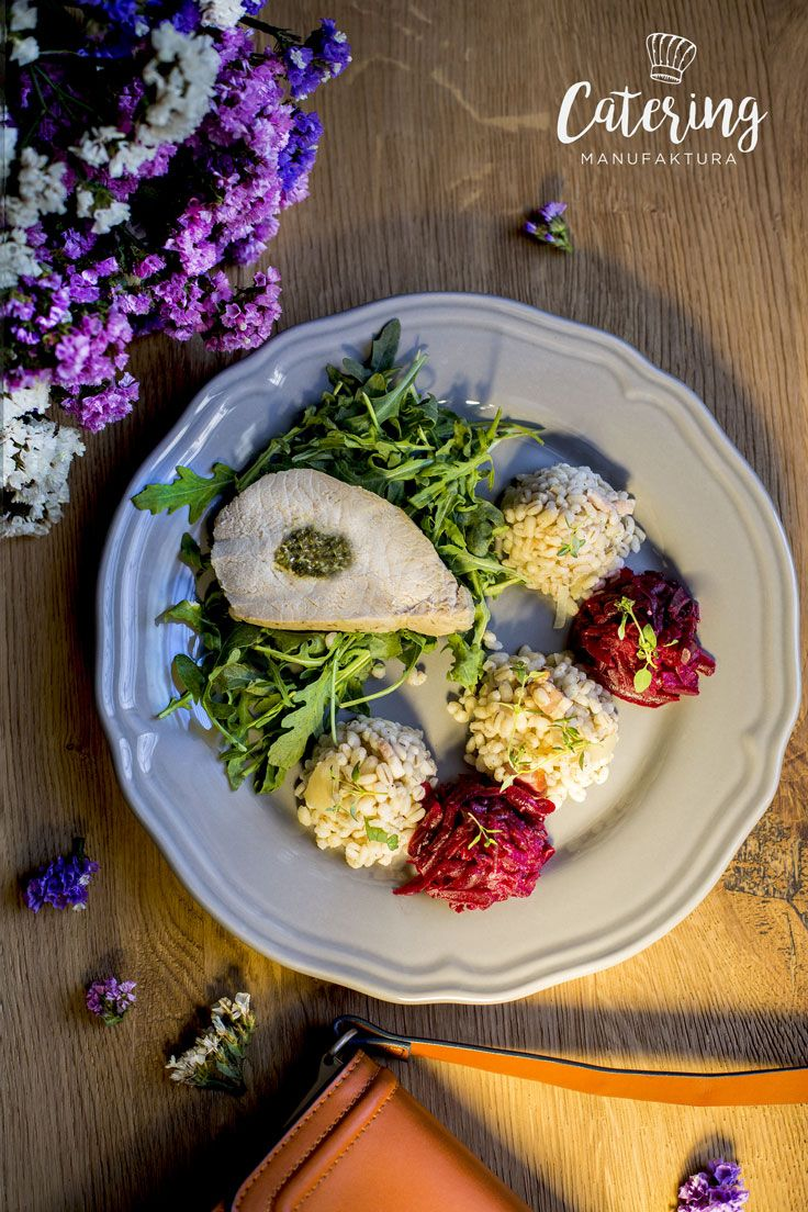 Schab faszerowany szpinakiem i serem feta podany z kaszą pęczak oraz surówką z buraka.