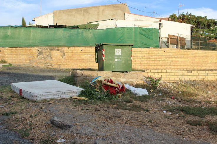Barriada de Cabreriza. Final de calle Toledo. Más basura sin recoger. 18/09/2013