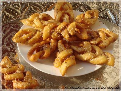 A l'approche du Aid Kebir, je desire partager avec vous cette pâtisserie Algérienne, très connue, présente les jours de fêtes religieuses et autres ... a la texture tendre et croustillante a la fois, bien mielleuse, qui accompagne a merveille un bon café,...