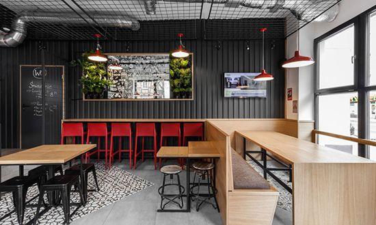 Duduk di sebuah restoran yang unik tentu memiliki nilai tersendiri, apa lagi jika cafe  tersebut selain unik juga menawarkan suasana yang nyaman dengan menu makanan yang sedap dan minuman yang segar, rasanya ingin selalu berada di situ seharian.