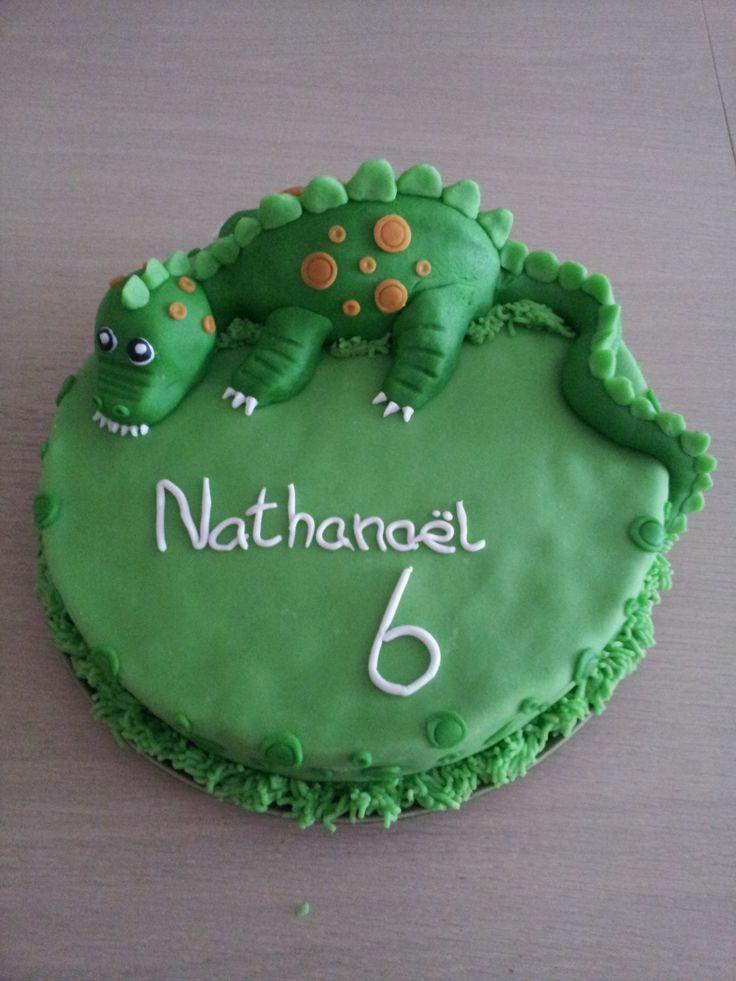 Dino taart gemaakt voor m'n neefje. De dinosaurus/draak is van marsepein gemaakt.