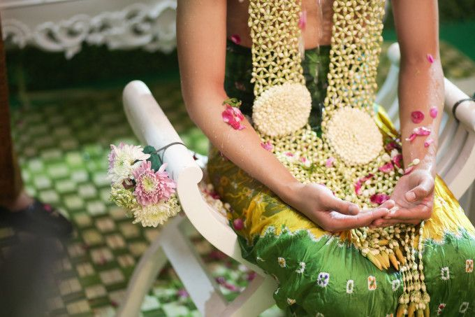 Siraman, Javanese traditional wedding ceremony | A Glamorous Javanese Wedding With Military Traditions | http://www.bridestory.com/blog/a-glamorous-javanese-wedding-with-military-traditions