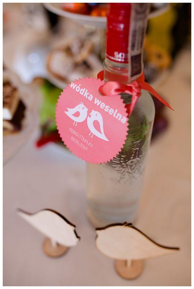 Indywidualne, oryginalne etykiety na wódkę weselną, wódka weselna, Powtarzający się motyw przewodni, wedding day, dekoracja ślubna, ślub, wedding decorations, wedding, judyta marcol, fotografia artystyczna, dodatki ślubne, wedding accesories