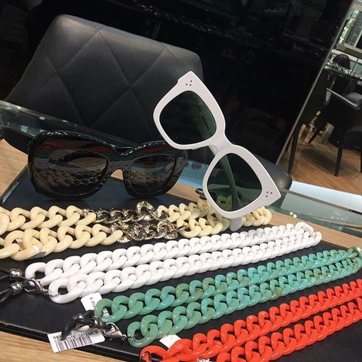Estamos apaixonados pela tendência das correntes  ainda mais quando combinadas com os clássico e elegantes óculos Céline ❤️ Venha conhecer todos os modelos na Envy Ótica!! Lojas nos Shoppings Pátio Higienópolis e Ibiraquera | Loja Virtual www.envyotica.com.br ✨  #envyotica #envyhigienópolis #celine #celinekim #celinediane #correntedeoculos #chainsunglasses #chains #chain #cordinhaoculos