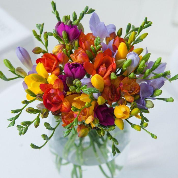 111 Fruhlingsblumenarrangements Fur Eine Perfekte Osteratmosphare Blumen Tattoo Spring Flower Arrangements Flower Arrangements Freesia Flowers