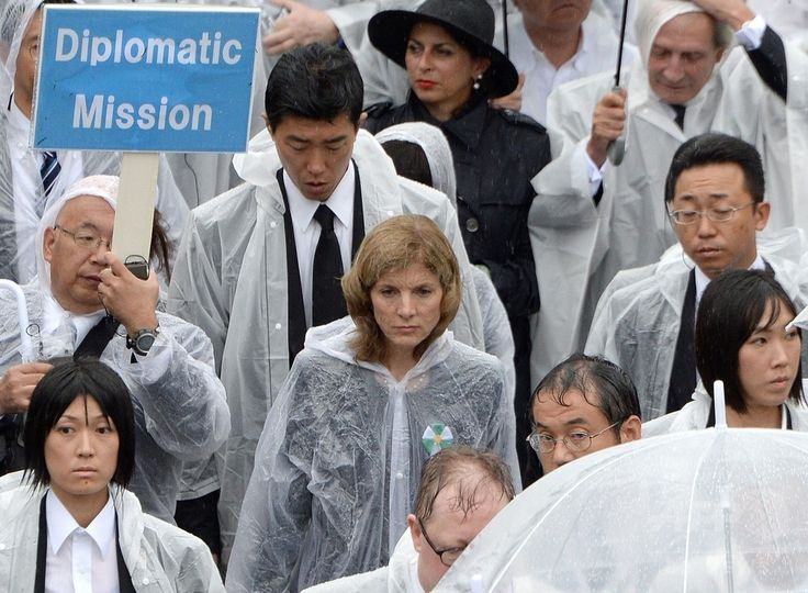広島県広島市中区の平和記念公園で営まれた「原爆死没者慰霊式・平和祈念式」に参列するキャロライン・ケネディ(Caroline Kennedy)駐日米大使(中央、2014年8月6日撮影)。(c)AFP/TORU YAMANAKA ▼6Aug2014AFP|広島、69年目の原爆の日 「被爆者の声を聞いて」 http://www.afpbb.com/articles/-/3022407 #Hiroshima #Aug6 #WWII #atomic_bombing #Caroline_Kennedy