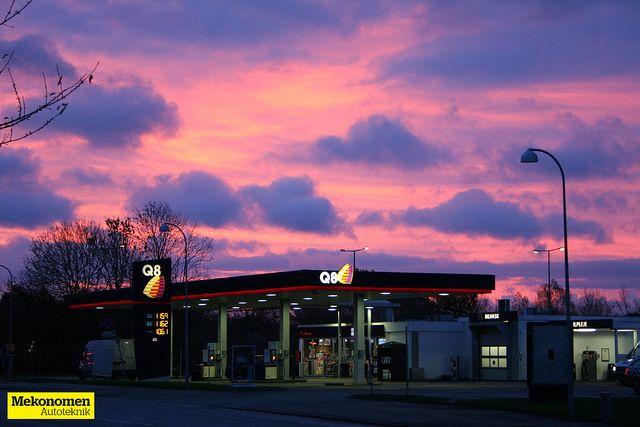 Solopgangen farvede himlen rød og skabte en fantastisk morgen med en blændende udsigt over Q8 på Vallensbækvej i Brøndby.  Billedet er sat fra Mekonomen Autoteknik - ES Motor og taget af Mads Grotenberg. Filmet den 4. november 2013.