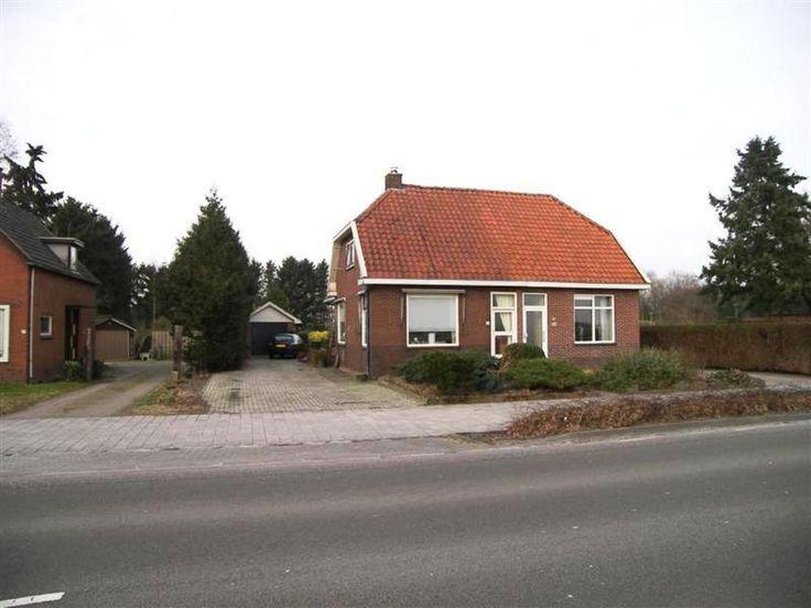 Helft van dubbel woonhuis gelegen aan de rand van buitendorp in overwegend landelijk gebied met het centrum van Emmen op fietsafstand.De woning i