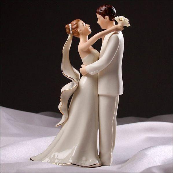 Lo que más se destaca de una torta de bodas son los muñecos, ¿cierto? Por eso te propongo escoger unos bien originales y que los representen como pareja. Tras el salto de página encontrarás los mejores muñecos de torta para bodas que hemos encontrado. Úsalos como inspiración para planear los tuyos. 1.