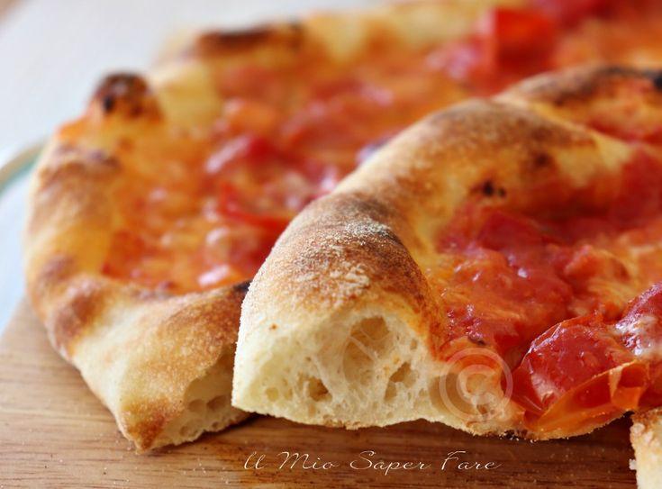 Pizza Napoli fatta in casa leggera,digeribile e dal sapore inconfondibile. Una pizza casalinga quasi simile alla pizza della pizzeria. La maturazione in frigo ci dona una pizza croccante, alveolata, leggera e che non causa sete e ci evita il fastidioso senso di gonfiore.Vi spiego come fare le pieghe e pirlare i panetti