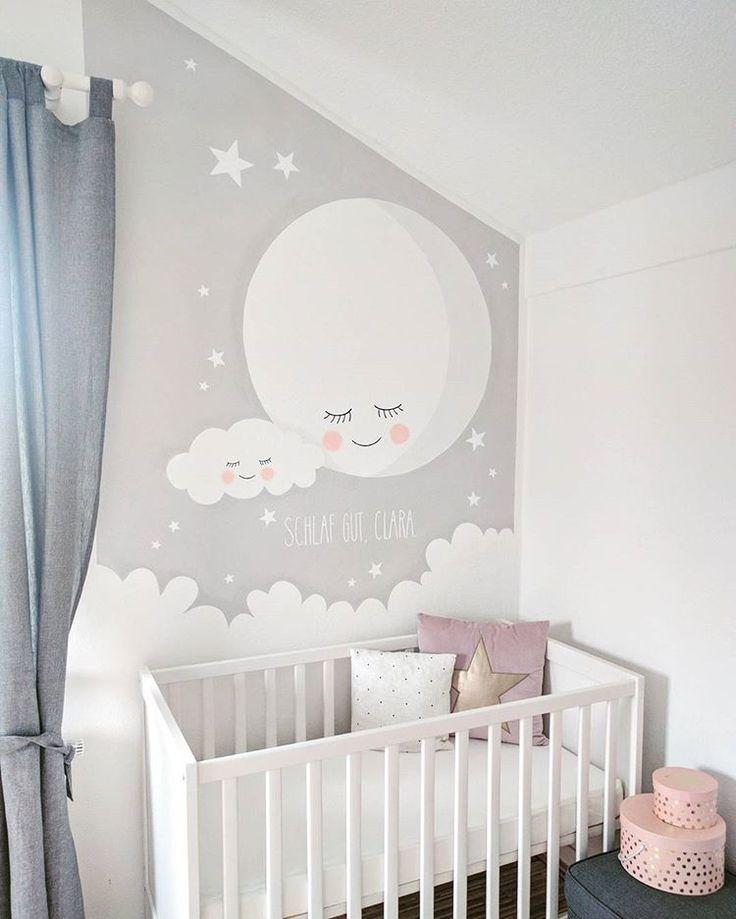 Hier kann die kleine Clara gut schlafen, sobald sie geboren ist.  Eine individuelle Wandbemalung eignet sich auch super als Geschenk zur Geburt, wie in diesem schönen Fall.  Das niedliche Motiv stammt übrigens von der deutschen Illustratorin @mimirella_aus_liebe Das gibt es in ihrem Shop www.mimirella.de auch als Poster zu kaufen. Schaut gern mal rein.  #frolleinlücke #kunst #im #kinderzimmer #kinder #kinderlachen #malen #fantasie #familie #babyzimmer #interiordesign #interior #art …