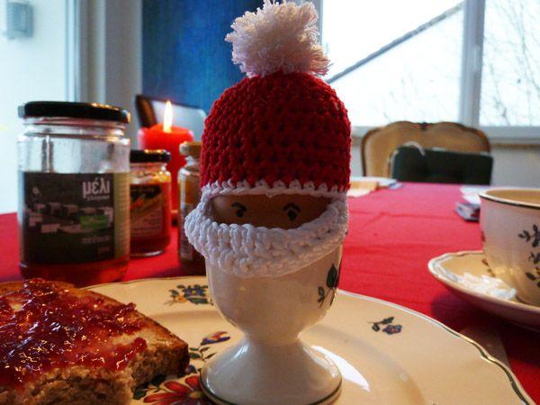 Weihnachten naht mit großen Schritten: Hier findet ihr daher in den nächsten Wochen vier Eierwärmer für die Advents- und Weihnachtstafel. Sie sind einfach nachzuhäkeln, in wenigen Stunden fertig – …
