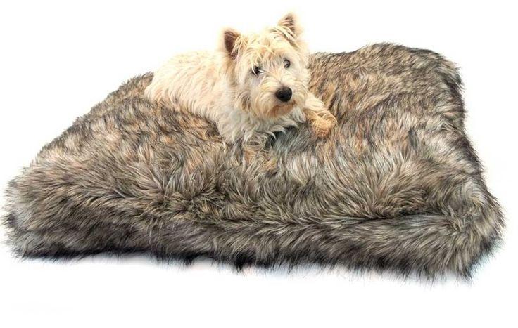 110/90/10 @189 euro Lord Lou Hondenkussen Max Grey Wolf  Comfortabel en stijlvol kussen van het merk Lord Lou. Het is een heerlijk dik kussen met een hoes van zacht namaakbont waar uw hond heerlijk op kan uitrusten.   Machine wasbaar en te drogen op lage temperatuur.