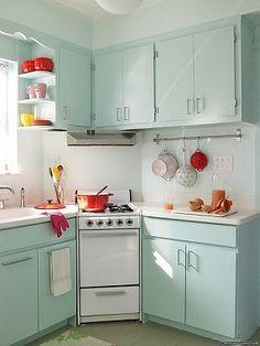 Tono de los muebles aguamarina en una cocina pequeña. Es bien :D