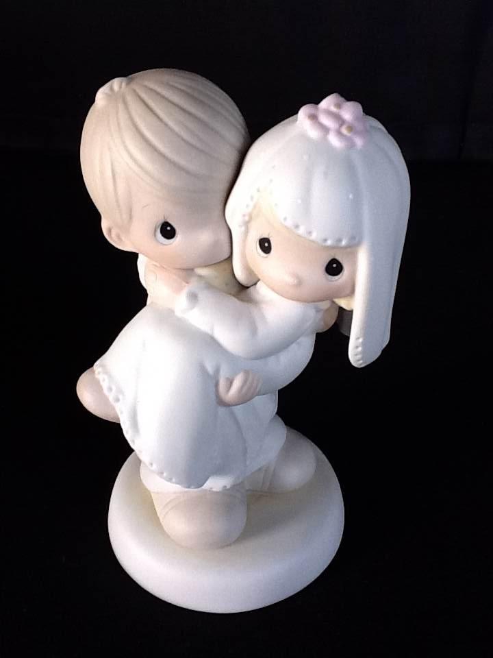 Noivinhos bolo de casamento. Pegando no colo e todo romântico.