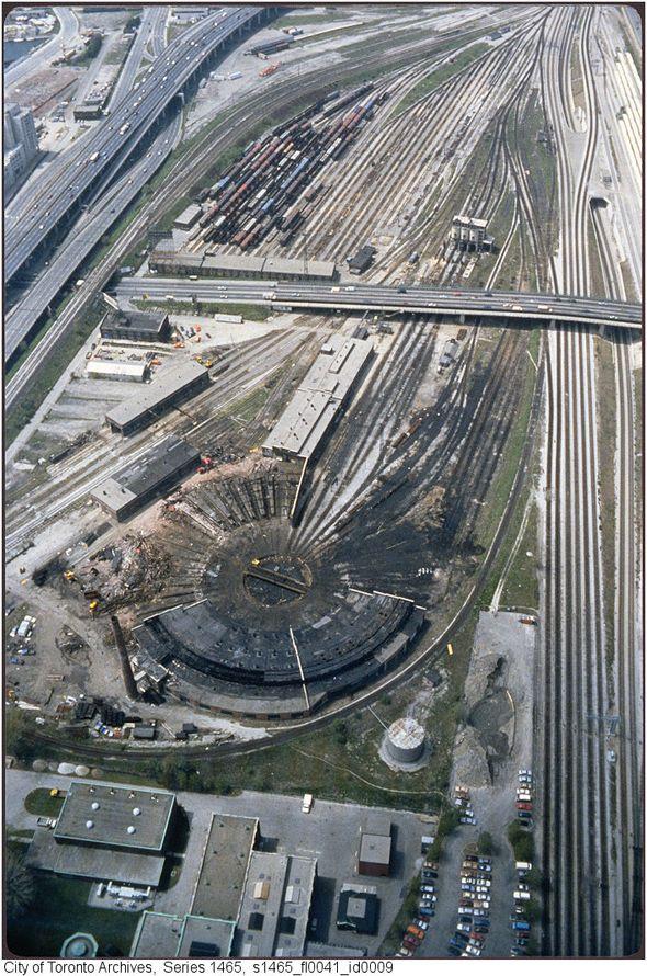 2011113-railway-lands-CN-tower-vert-1980s-s1465_fl0041_id0009.jpg