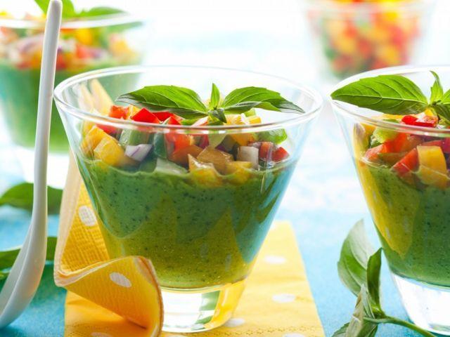 Dragi prieteni, astazi va prezint reteta unui gazpacho raw, la fel de delicios ca si cel postat zilele trecute, cremos si refreshing, doar ca in varianta verd