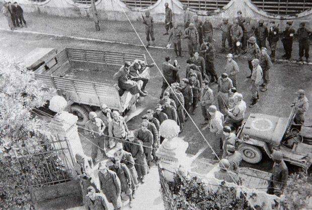 Soldados alpinos fascistas italianos capturados pelos brasileiros aguardam para serem interrogados em Viareggio, Itália, 1944 (Gli eroi Venuti dal Brasile).