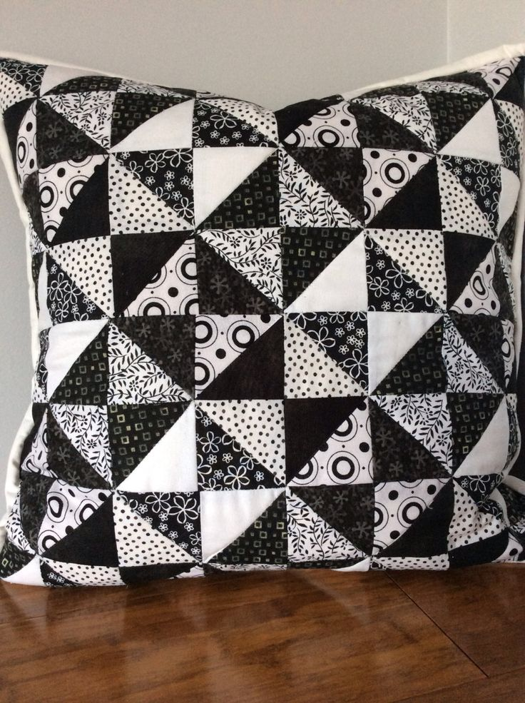 Patchwork-Kissenhülle. Gesteppte schwarze und weiße Kissen mit weißen Bindung, die von Hand Nähen im Ort abgeschlossen ist. Hat ein reiner Schwarz mit Reißverschluss in der Mitte wieder zurück.  Abdeckung vorne hat gesteppt, mit unsichtbaren Faden. Dieser Artikel ist zu verkaufen.  Diese Abdeckung Funktionen 128 Stück zusammengenäht individuell um das Muster zu bilden.  Material ist 100 % Baumwolle mit Reißverschluss-Nylon versteckt.  Ungefähre Größe ist 40 x 40cm (16 x 16). Passt eine Größe…