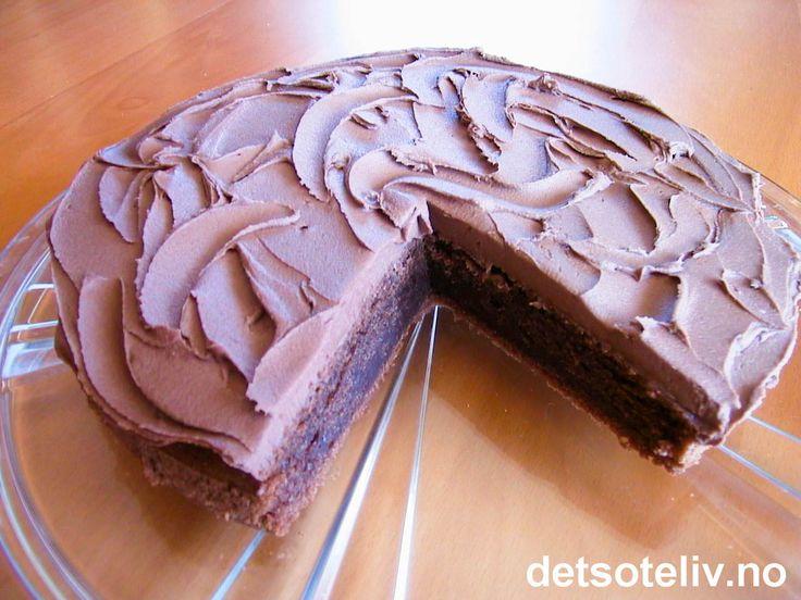 NYYYdelig og fuktig konfektkake dekket med sjokoladesmørkem! Å, så godt!!!