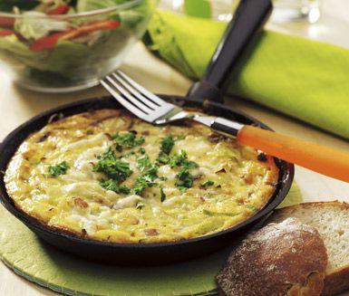 En idealisk och snabblagad rätt gjord på ingredienser som du säkert har hemma. Ägg, bacon, purjolök och riven ost. Servera frittatan med en sallad och bröd.