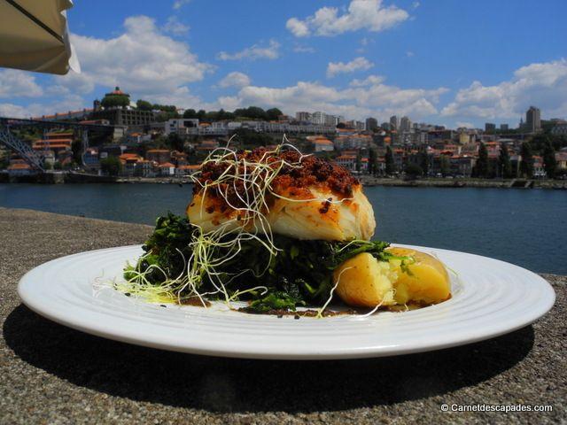 Porto - Restaurant. Vinhas d'alho, qui nous avait été recommandé par notre hôte AirBnB comme étant une bonne adresse de restaurant à Ribeira (difficile à trouver puisqu'il s'agit de la zone la plus touristique de Porto). Nous y avons très bien mangé, sur une petite table en terrasse, à l'écart de l'agitation et avec vue superbe sur le Douro. Je me suis régalée avec un carpaccio de morue puis une morue en croûte de tomates séchées. Je vous rassure, il n'y a pas que de la morue à la carte…