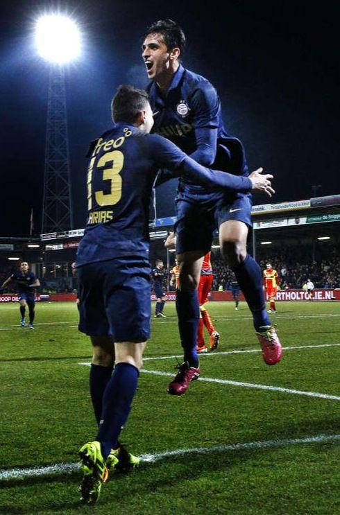 PSV-spits Bryan Ruiz is blij nadat hij tegen Go Ahead Eagles het winnende derde doelpunt maakte