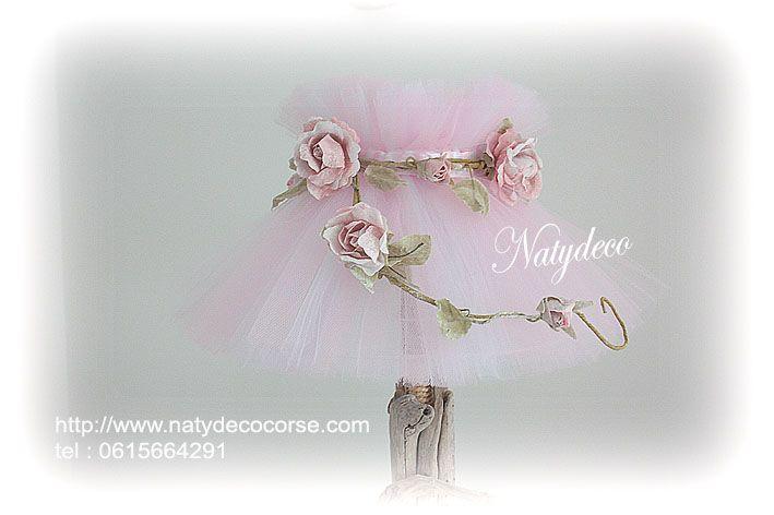 Abat jour en tulle couleur rose poudre (rose et blanc ) couronne de fleurs en papier rose  en vente  en email sur mon site http://www.natydecocorse.com