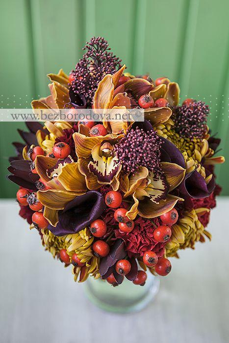 Осенний букет из орхидей, калл и ягод шиповника