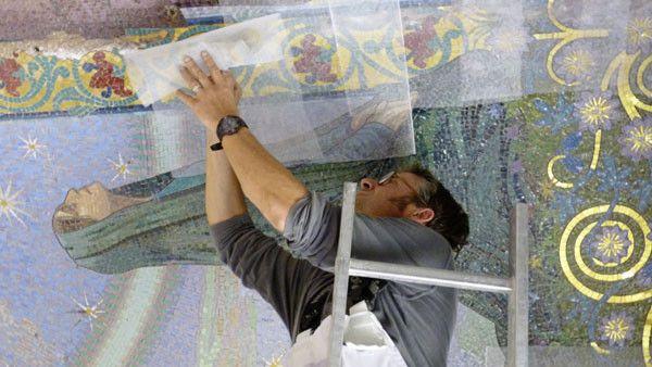 Jérôme Clochard, de l'atelier Absolut Mosaïque, entoile des mosaïques du mausolée de Bourgogne (Marne).