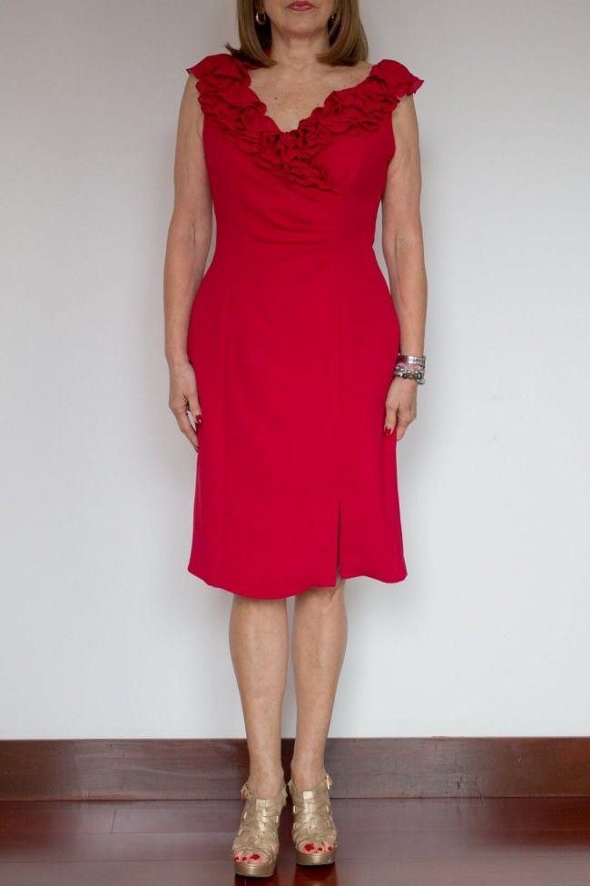 Rojo Cuello Boleros. Vestido rojo entallado, con escote en V con realce de boleros. Falda recta.