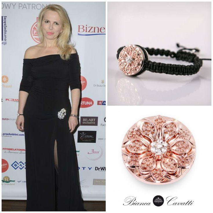 Anna Jurksztowicz pojawiła się na premierze magazynu Law Business Quality z czarną bransoletką w zestawie z chunksem Złota Rozeta.