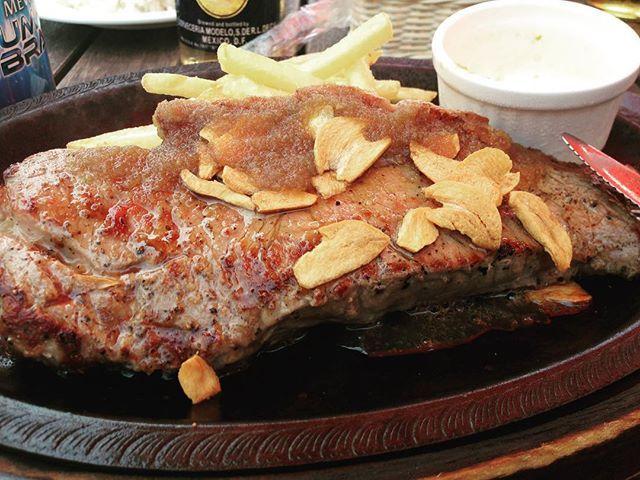 名前は忘れてしまいましたが、以前、海の家で食べたステーキ😋 * 夏のビーチで食べるガッツリお肉は、レストランで食べるお肉を食べとはまたひと味違う美味しさ✨ * #肉 #お肉 #お肉大好き #ステーキ #海の家 #鎌倉 #由比ヶ浜 #湘南グルメ #shonan #kamakura #yuigahama #美味しい #また食べたい #肉好き