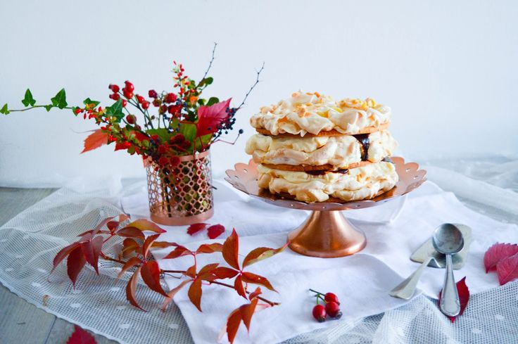 Autumn cake - sweet pastry dough, meringue with almond slices, light vanilla filling and rose hip jam with vanilla and amaretto
