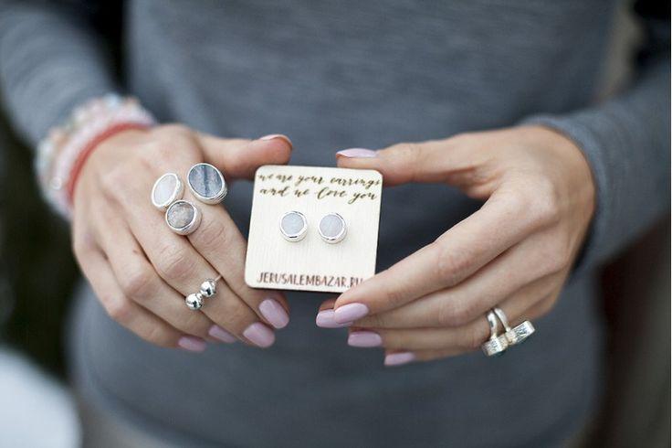 jerusalembazar.ru - комплект: серёжки-гвоздики и кольцо с розовым кварцем, солнечным камнем и кварцем с турмалином // серебро